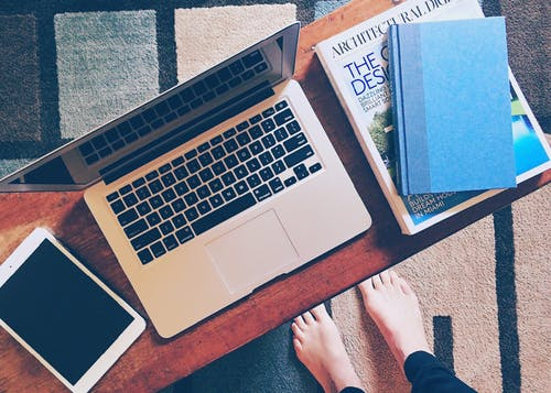 棕色木制桌上的macbook Pro