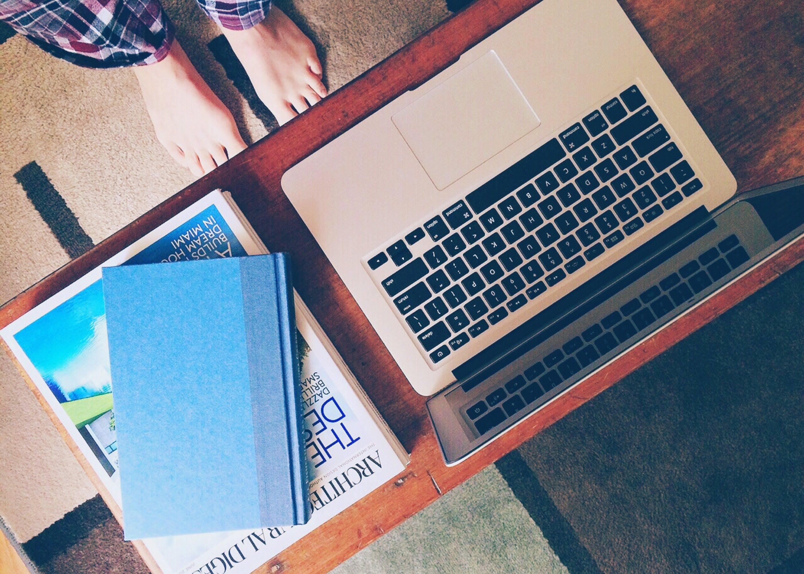 Gratis arkivbilde med apple, bærbar datamaskin, bøker, føtter