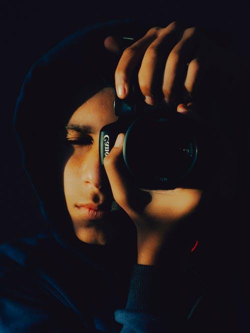 Hombre Sujetando Una Cámara Canon Tomando Fotos