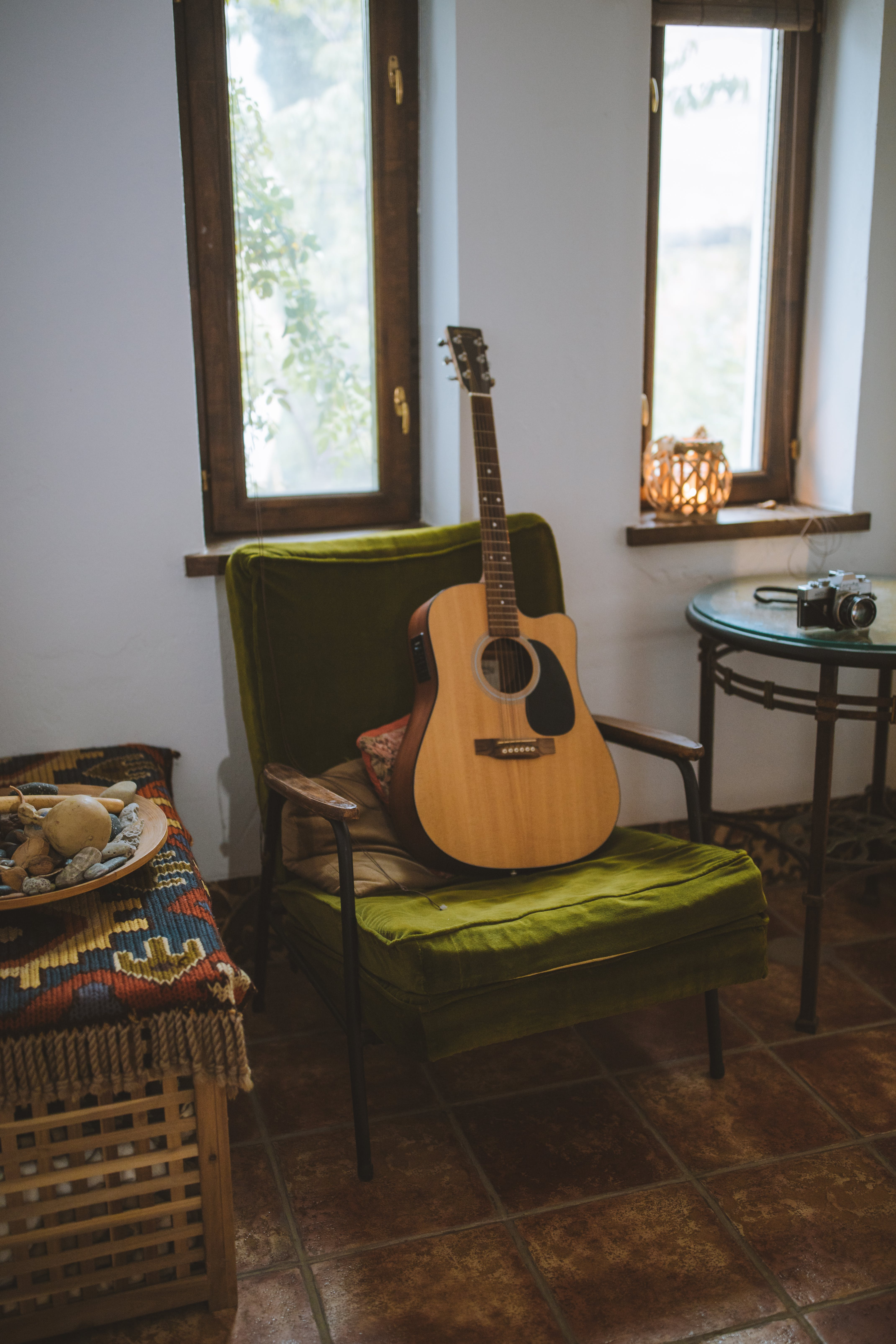 Základová fotografie zdarma na téma hudební nástroj, okna, strunný nástroj, židle