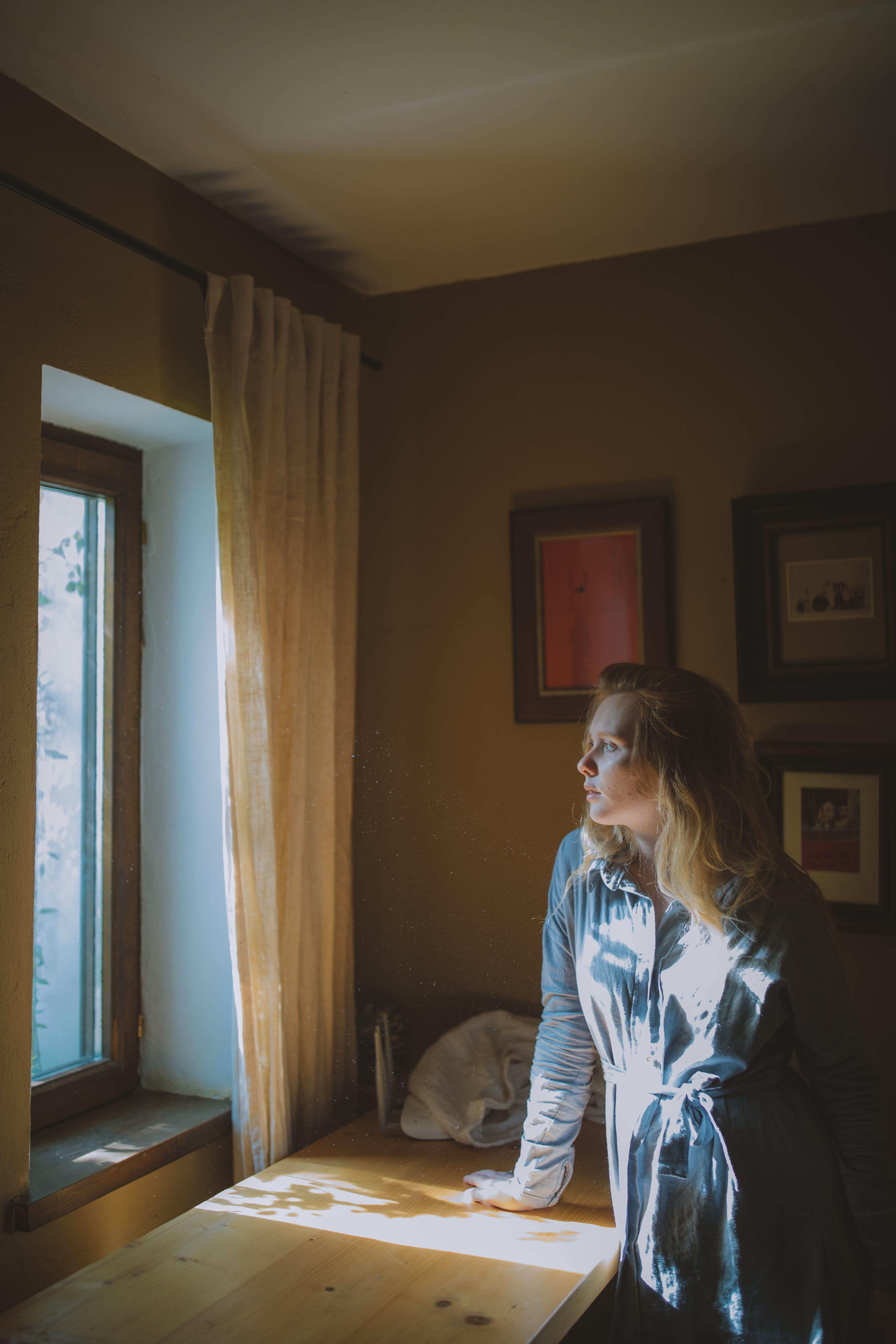 Základová fotografie zdarma na téma místnost, nábytek, osoba, sluneční světlo