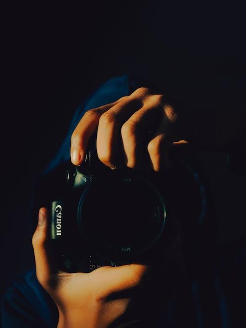 Ingyenes stockfotó canon, fényképez, fényképezőgép, kezek témában