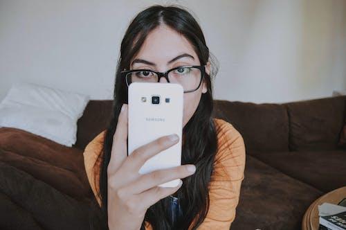 사람, 스마트폰, 안경, 여성의 무료 스톡 사진