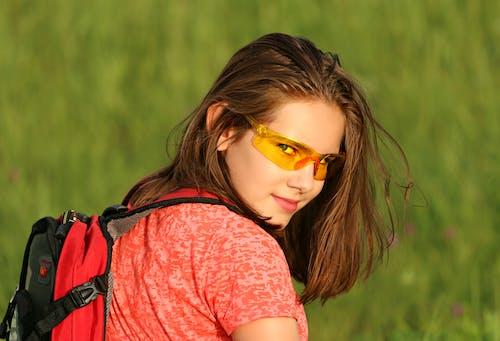 alan, çim, gözlük, güzel içeren Ücretsiz stok fotoğraf