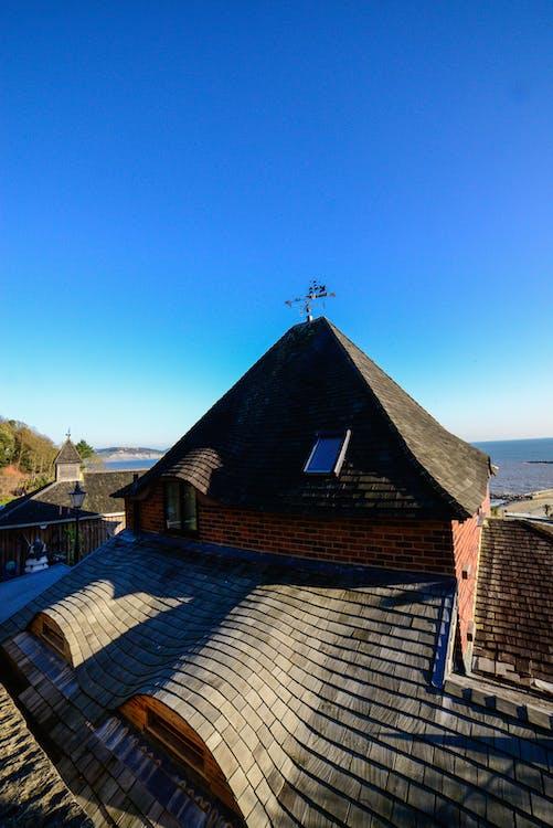 Kostnadsfri bild av blå himmel, bricka, gammalt hus
