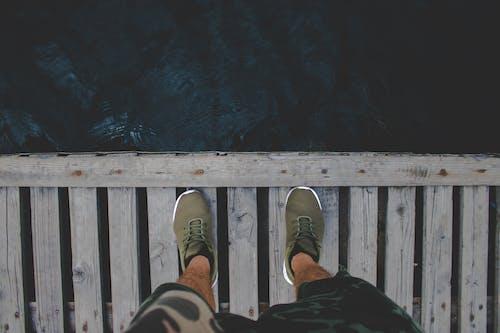 Darmowe zdjęcie z galerii z buty, dok, drewno, mężczyzna