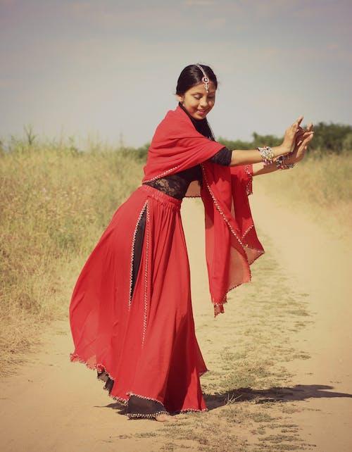 Darmowe zdjęcie z galerii z droga polna, dziewczyna, hinduski, kobieta