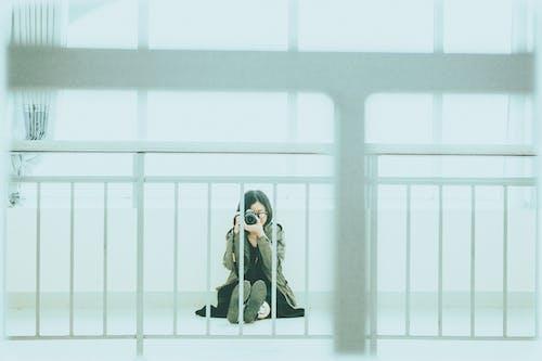 Бесплатное стоковое фото с женщина, камера, ограда, фотосъемка