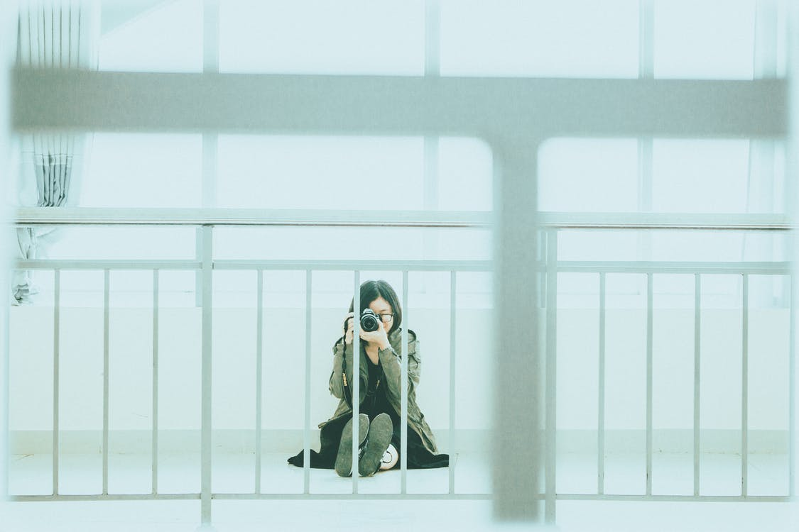 aparat, balustrada, kobieta