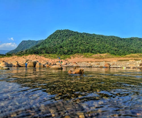 Darmowe zdjęcie z galerii z błękitne niebo, czysta woda, drzewa, góra