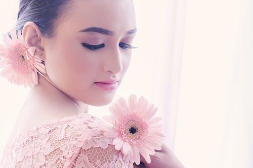 Foto profissional grátis de atraente, flores bonitas, fotografia de moda, mulheres lindas