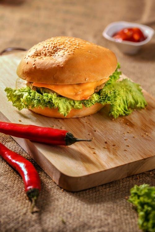 Gratis arkivbilde med brød, burger, burlap, cheeseburger