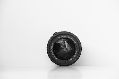 Obiettivo Fotocamera Nero Rotondo Sulla Superficie Bianca