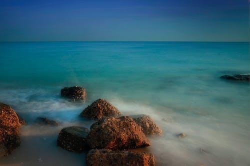 Immagine gratuita di acqua, cielo, litorale, luce del giorno