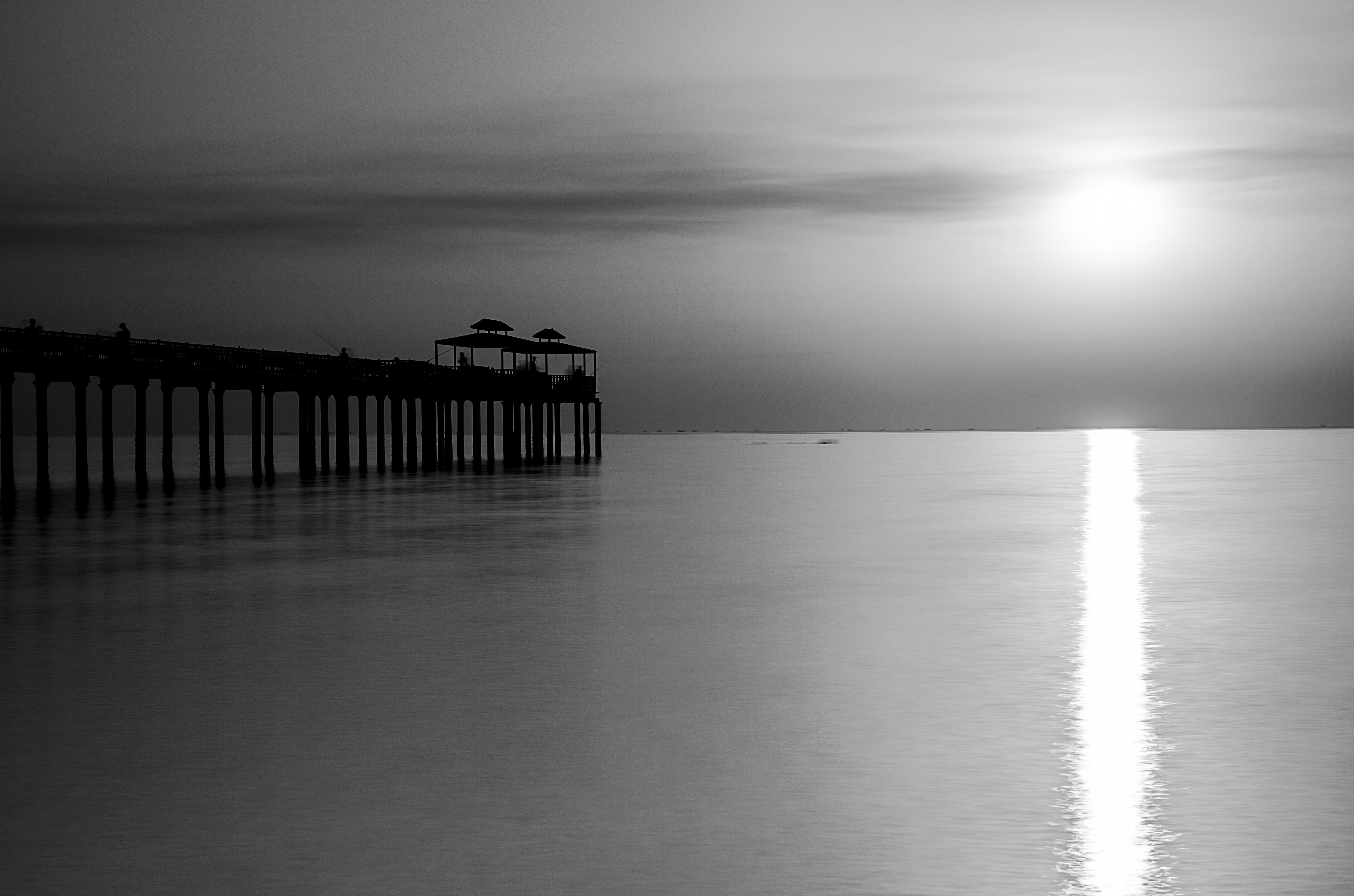 Kostenloses Stock Foto zu brücke, schwarz und weiß, seelandschaft, sonnenaufgang