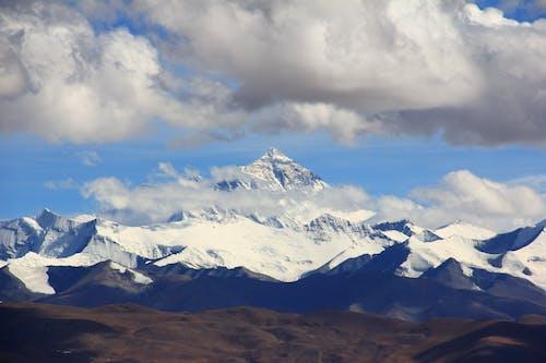 Schnee Gefüllter Berg Unter Bewölktem Himmel Während Des Tages