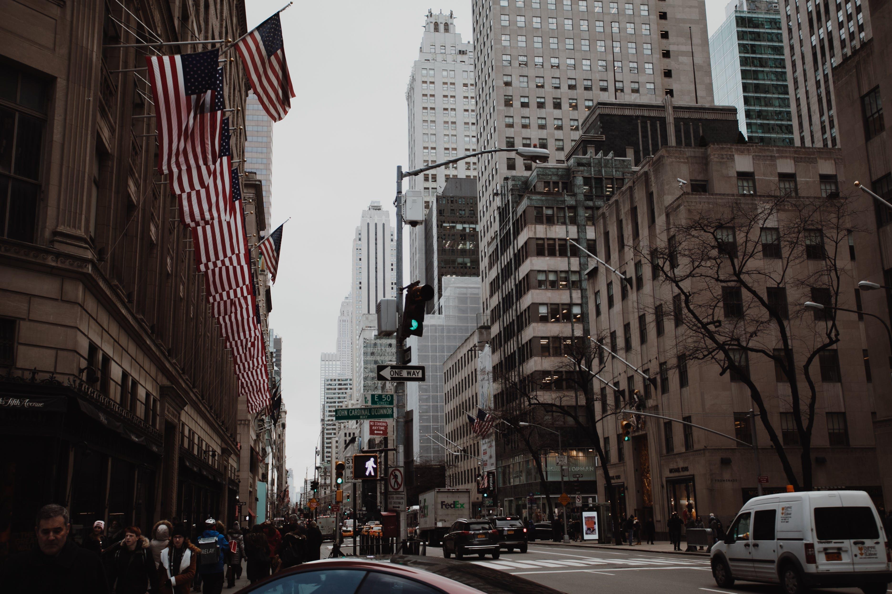Kostnadsfri bild av Amerikanska flaggor, arkitektur, bilar, byggnader