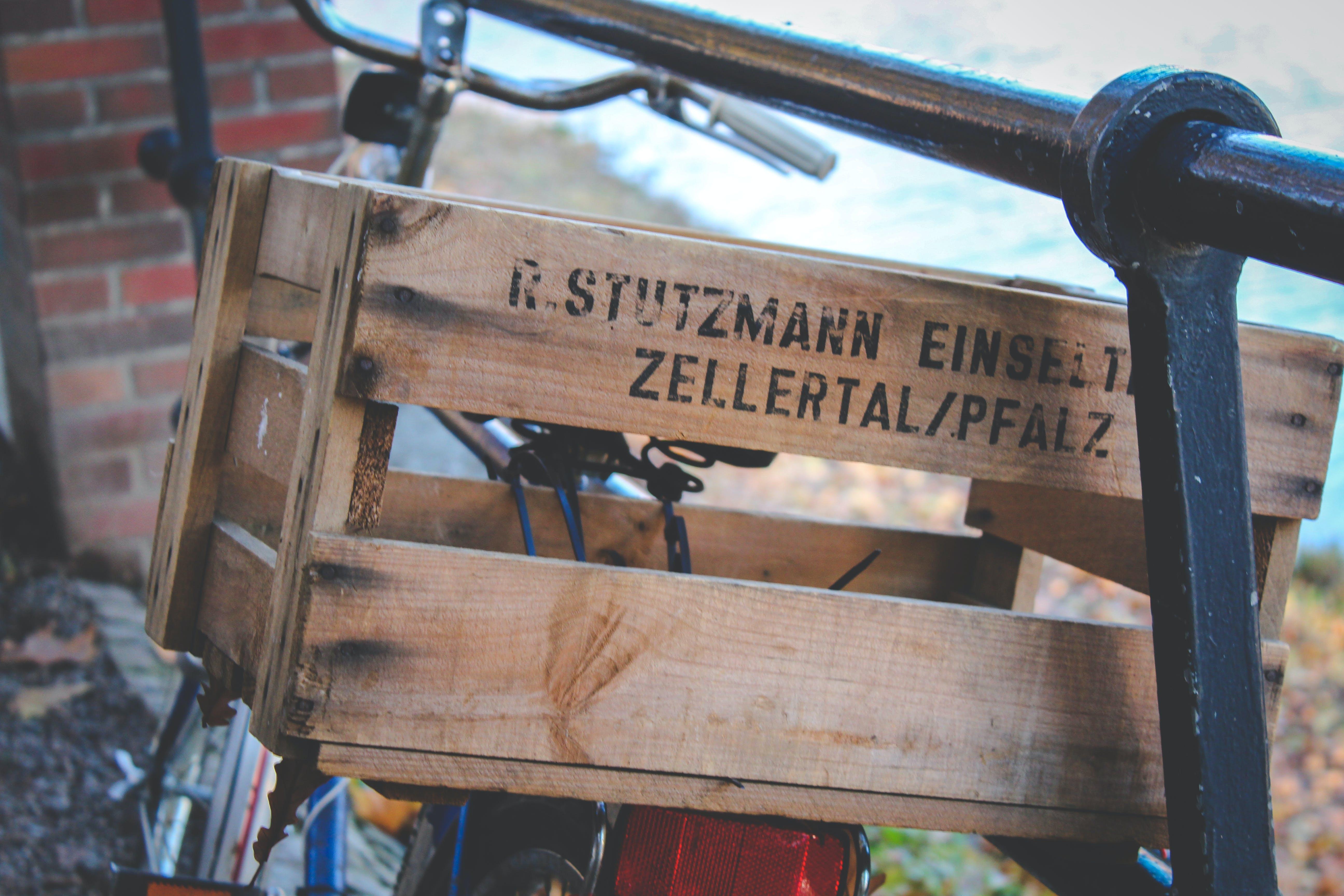 Kostenloses Stock Foto zu fahrrad, holzkisten, lattenzaun