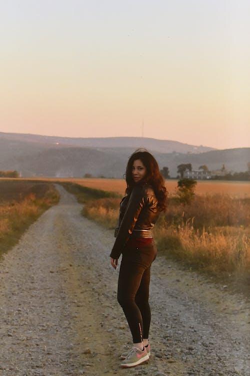 Základová fotografie zdarma na téma brunetka, focení, krásná žena, pózování