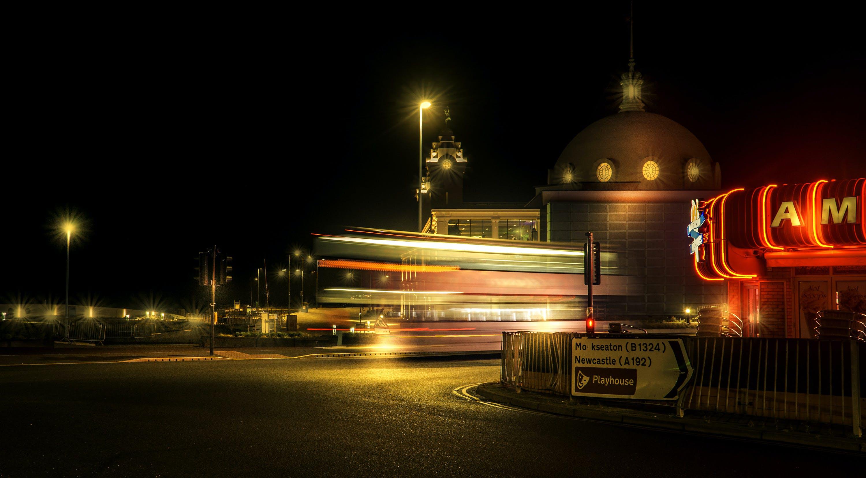 건물, 네온 불빛, 도로, 도시의의 무료 스톡 사진