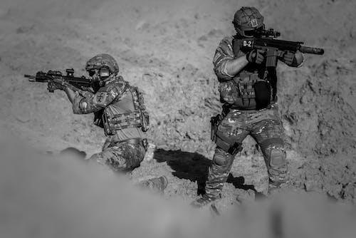Foto d'estoc gratuïta de acció, armes, batalla, blanc i negre