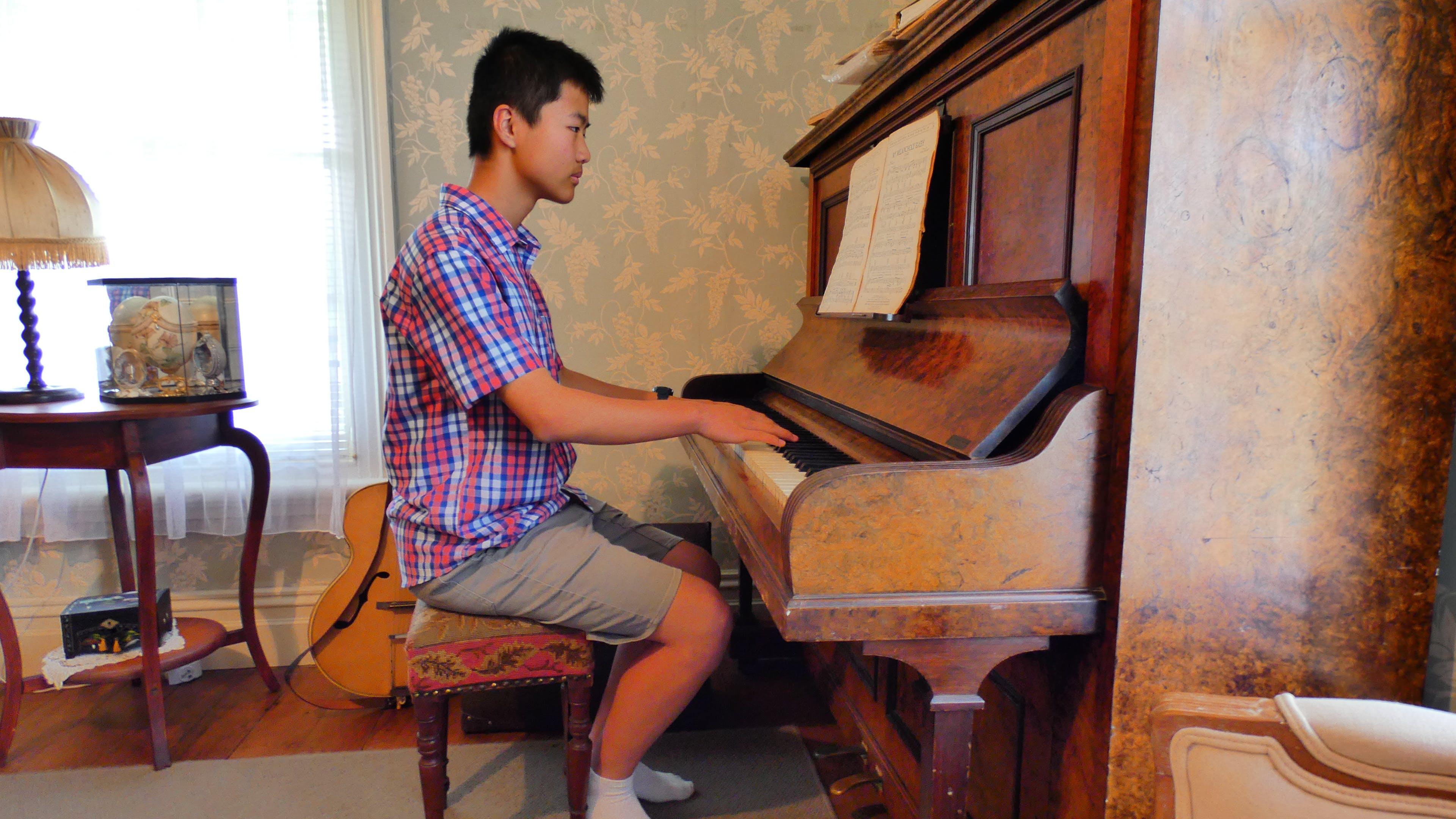 Δωρεάν στοκ φωτογραφιών με αγόρι, έφηβος, παλιό πιάνο, πιανίστας
