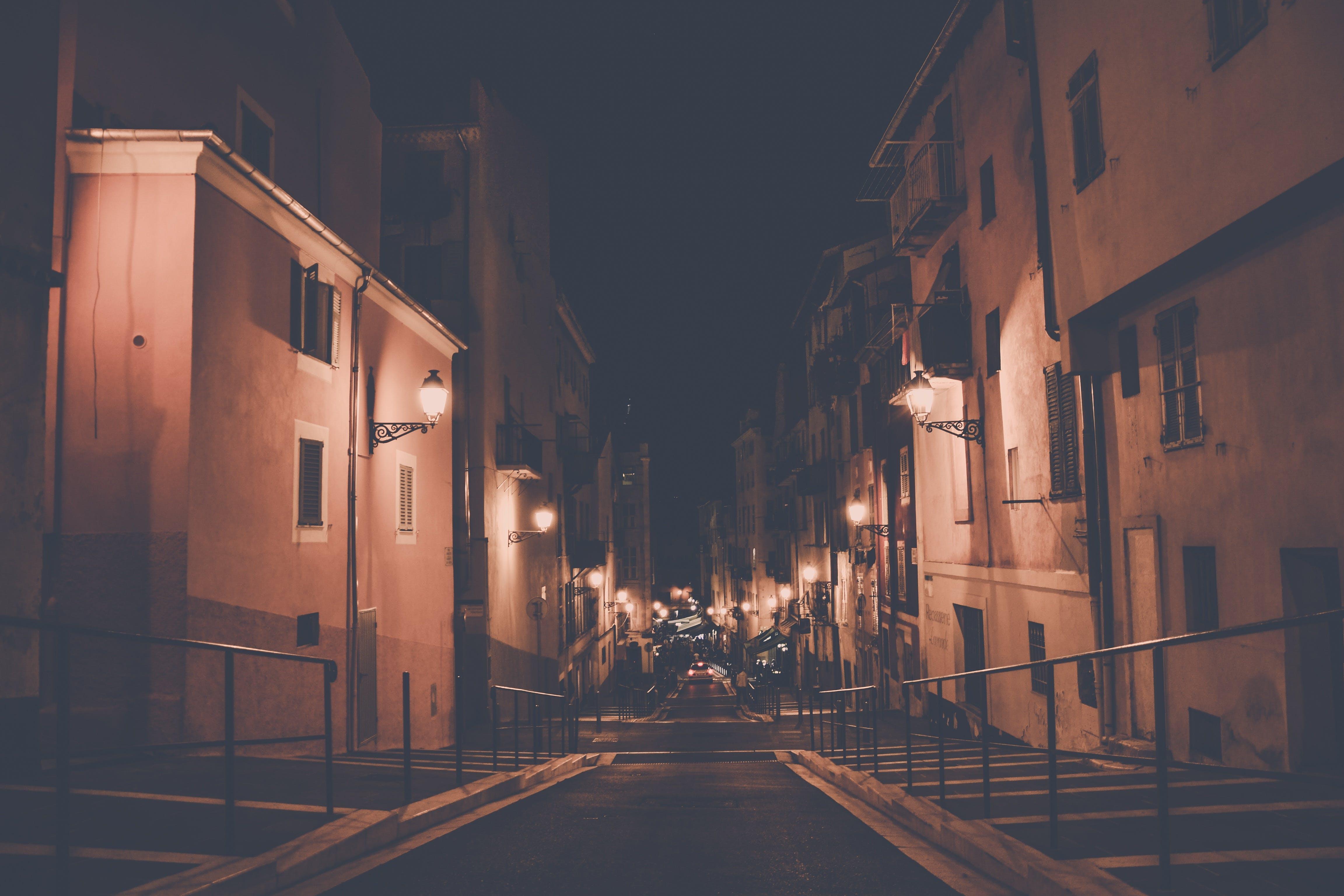Kostnadsfri bild av arkitektur, byggnader, gata, mörk