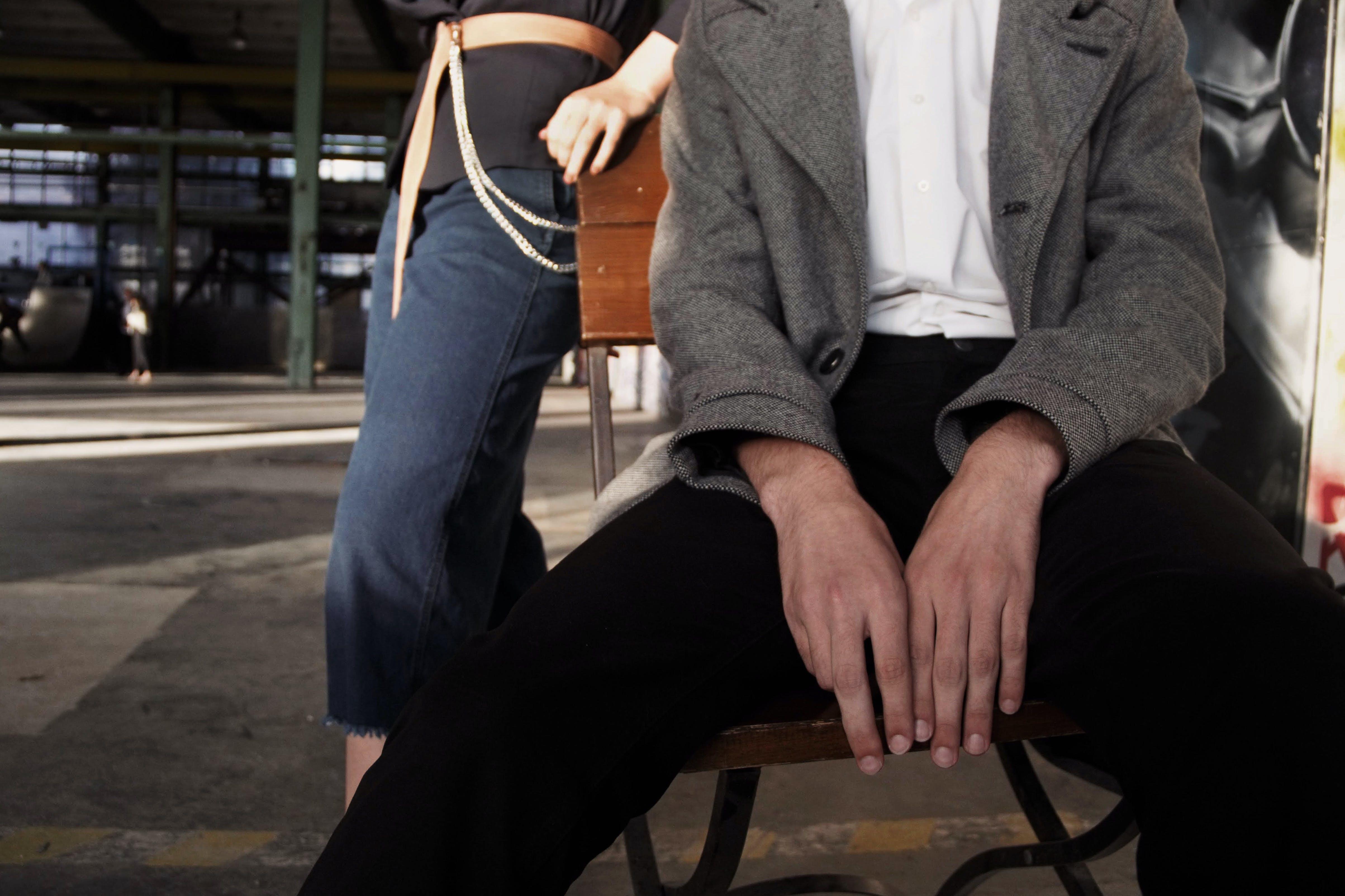 Kostenloses Stock Foto zu hände, mann, person, sitzen