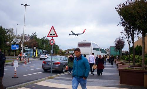 Безкоштовне стокове фото на тему «автомобіль, літак, люди»