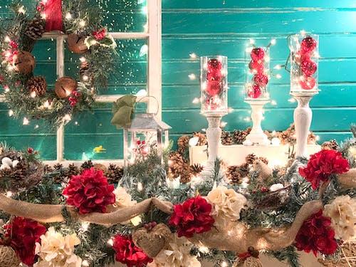 Kostenloses Stock Foto zu fröhliche weihnachten, kranz, mantel, weihnachten