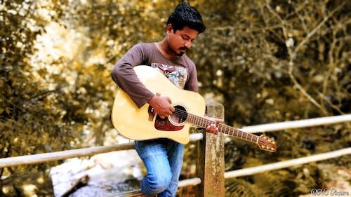 상자 기타, 아시아 소년의 무료 스톡 사진