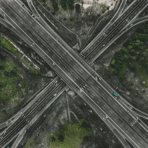 ağaçlar, arabalar, çevre yolu, drone çekimleri içeren Ücretsiz stok fotoğraf