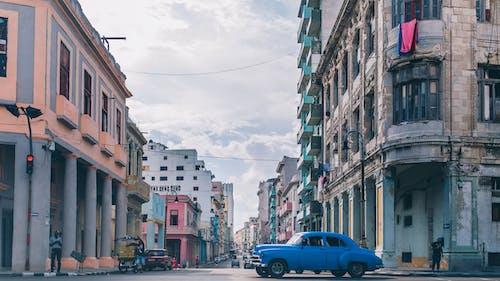 Foto d'estoc gratuïta de arquitectura, carrer, carretera, cotxe antic