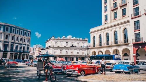 Immagine gratuita di architettura, auto, auto d'epoca, cielo sereno