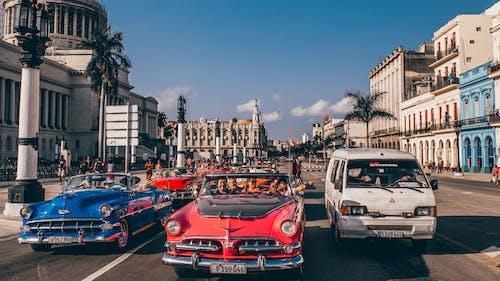 Gratis arkivbilde med arkitektur, asfalt, biler, by