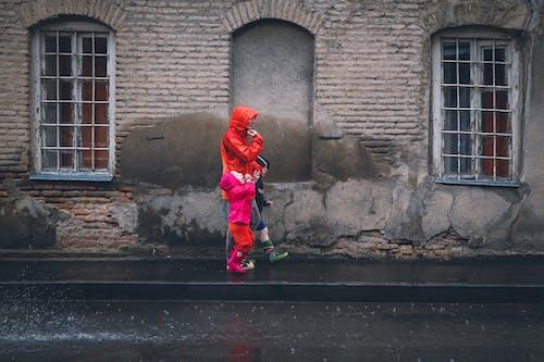Бесплатное стоковое фото с архитектура, дети, дождь, здание