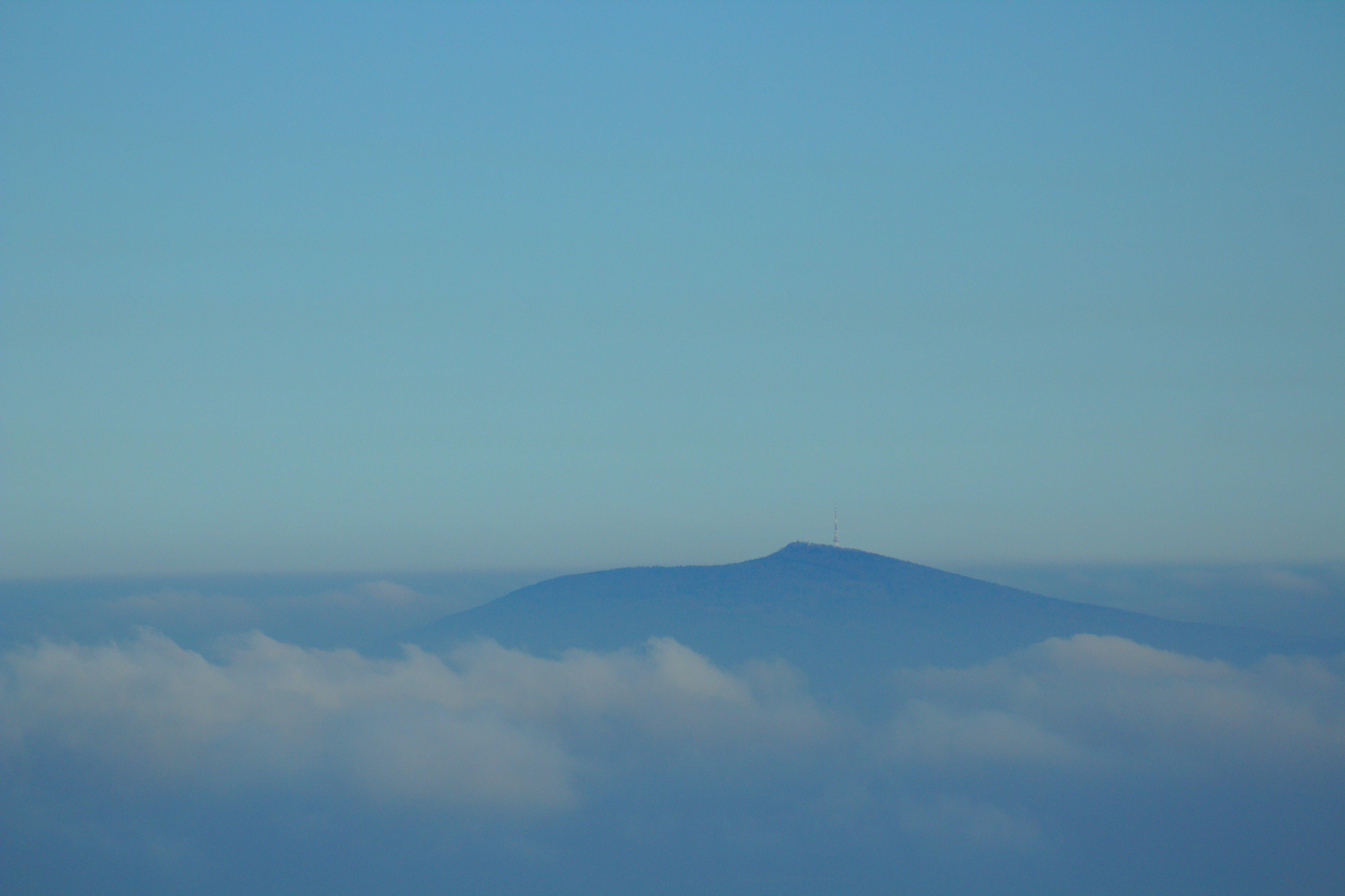 Foto d'estoc gratuïta de cel, cel blau, cel clar, muntanyes