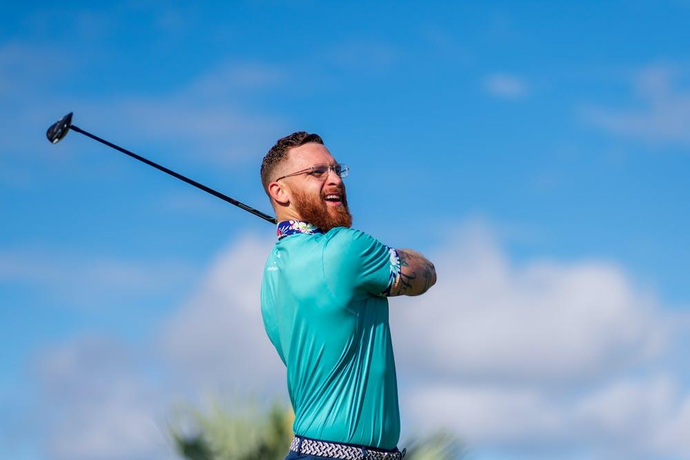 Man playing golf. | Photo: Pexels