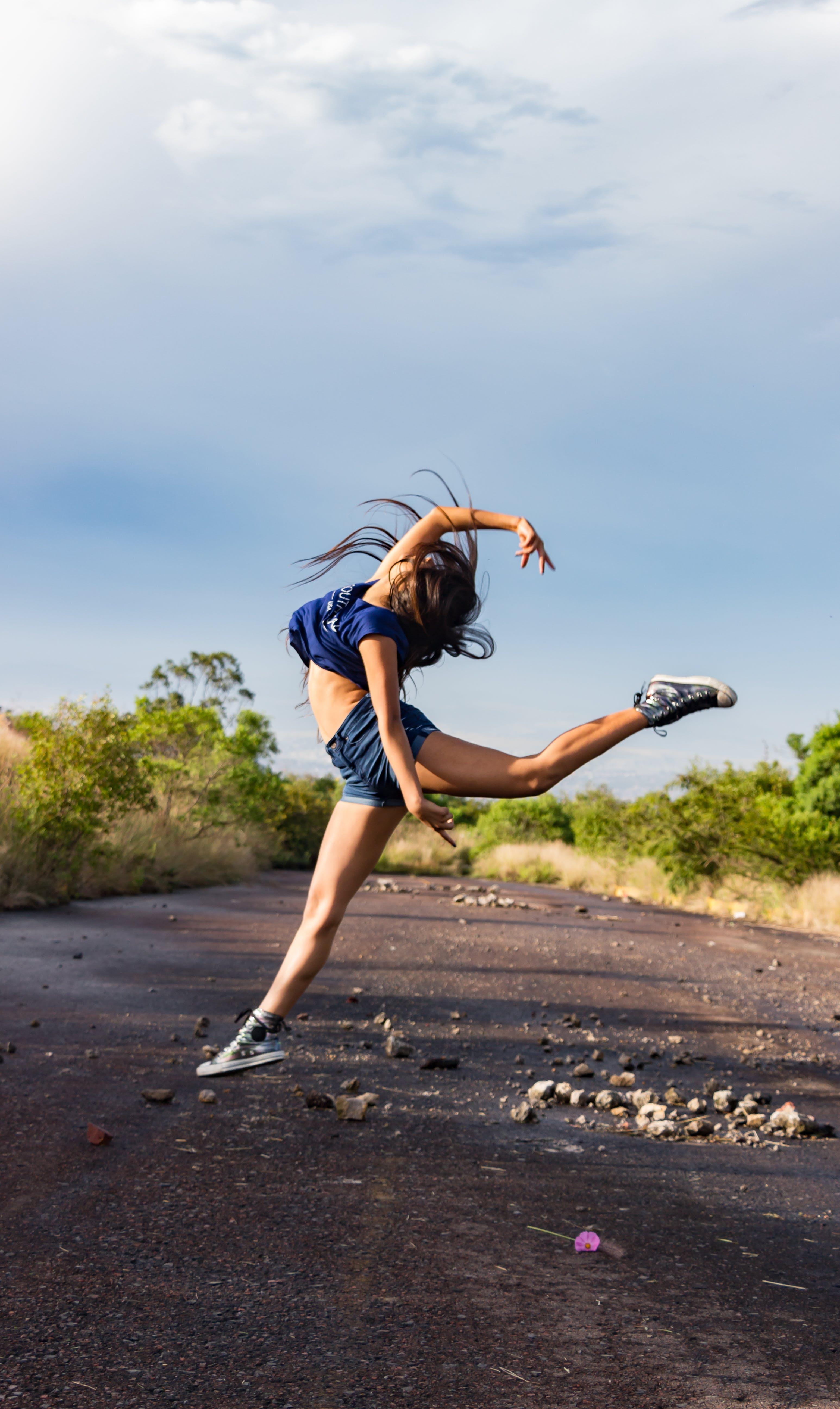 Kostenloses Stock Foto zu balletttänzer, fitnessmodel, gepflasterte straße, gymnastik
