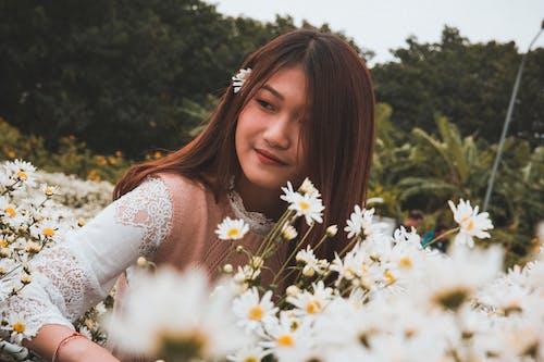 꽃, 들판, 사람, 식물군의 무료 스톡 사진