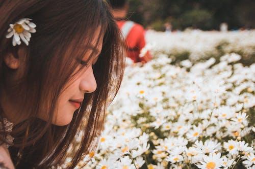 Gratis stockfoto met Aziatische vrouw, bloemen, blurry achtergrond, close-up
