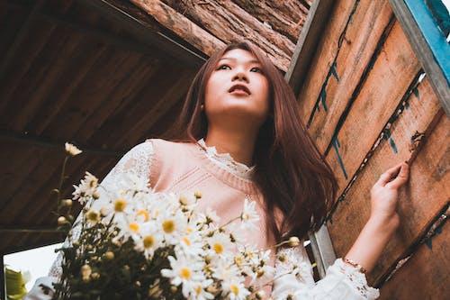 Darmowe zdjęcie z galerii z biała sukienka, bukiet, drewniany, dziewczyna
