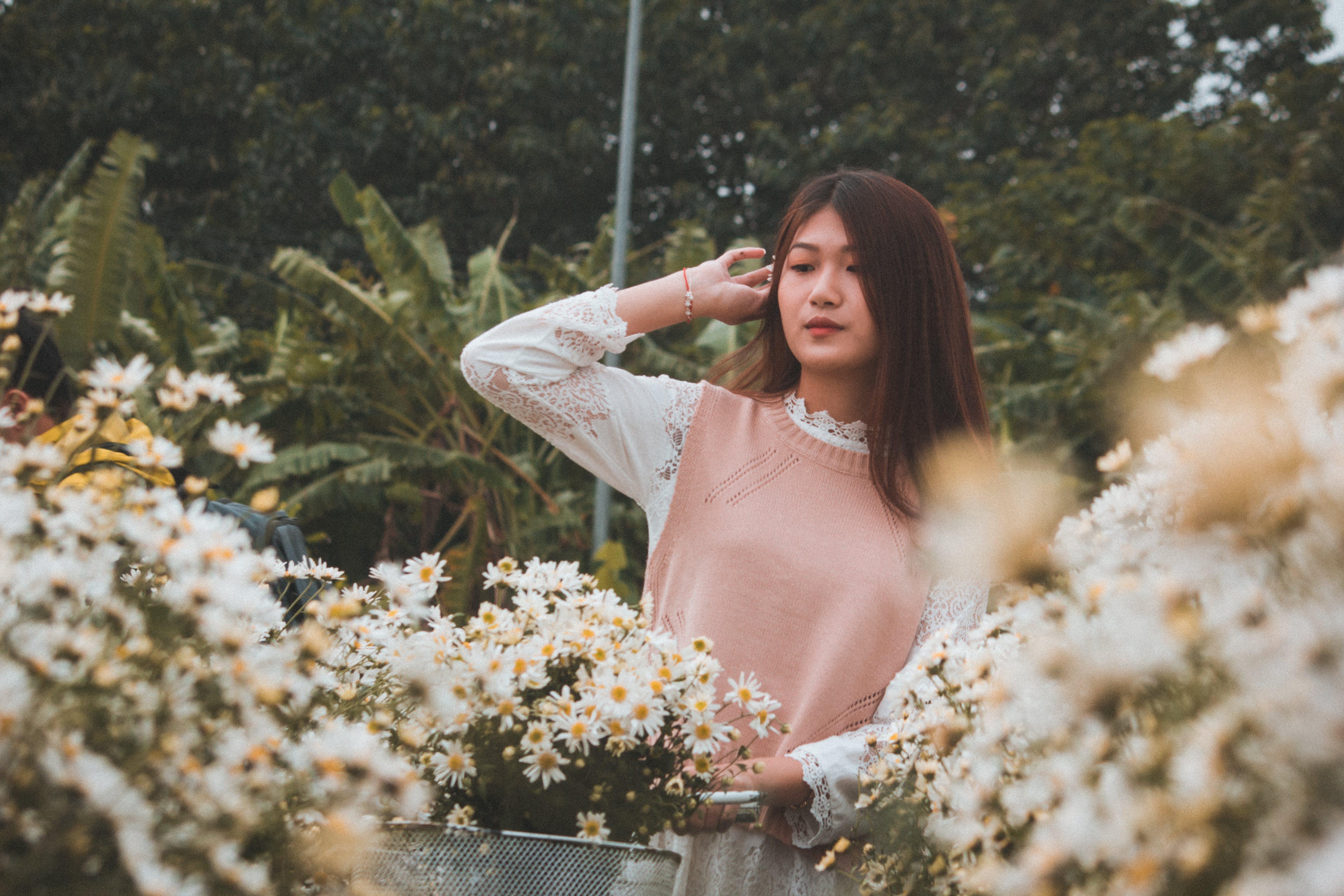 Foto profissional grátis de de pé, flores, morena, mulher