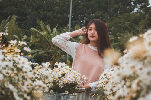 Δωρεάν στοκ φωτογραφιών με ασιάτισσα, γυναίκα, λουλούδια, μελαχρινός