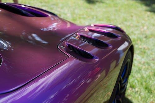 白天的紫色跑车