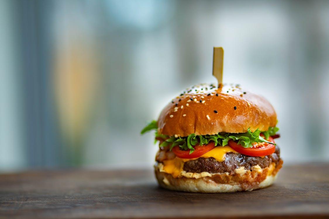 Photo De Juicy Burger Sur Une Surface En Bois