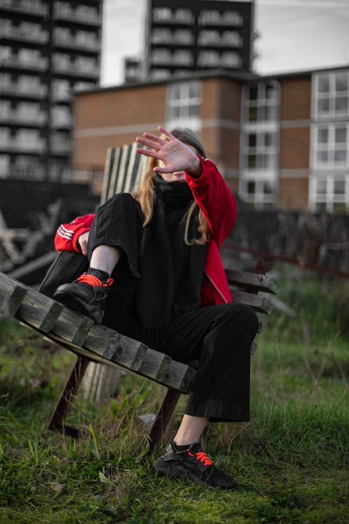 Darmowe zdjęcie z galerii z czerwona kurtka, czerwony, dziewczyna, długie włosy