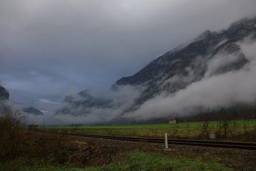 Kostenloses Stock Foto zu berg, dämmerung, dunkel, dunkle wolken