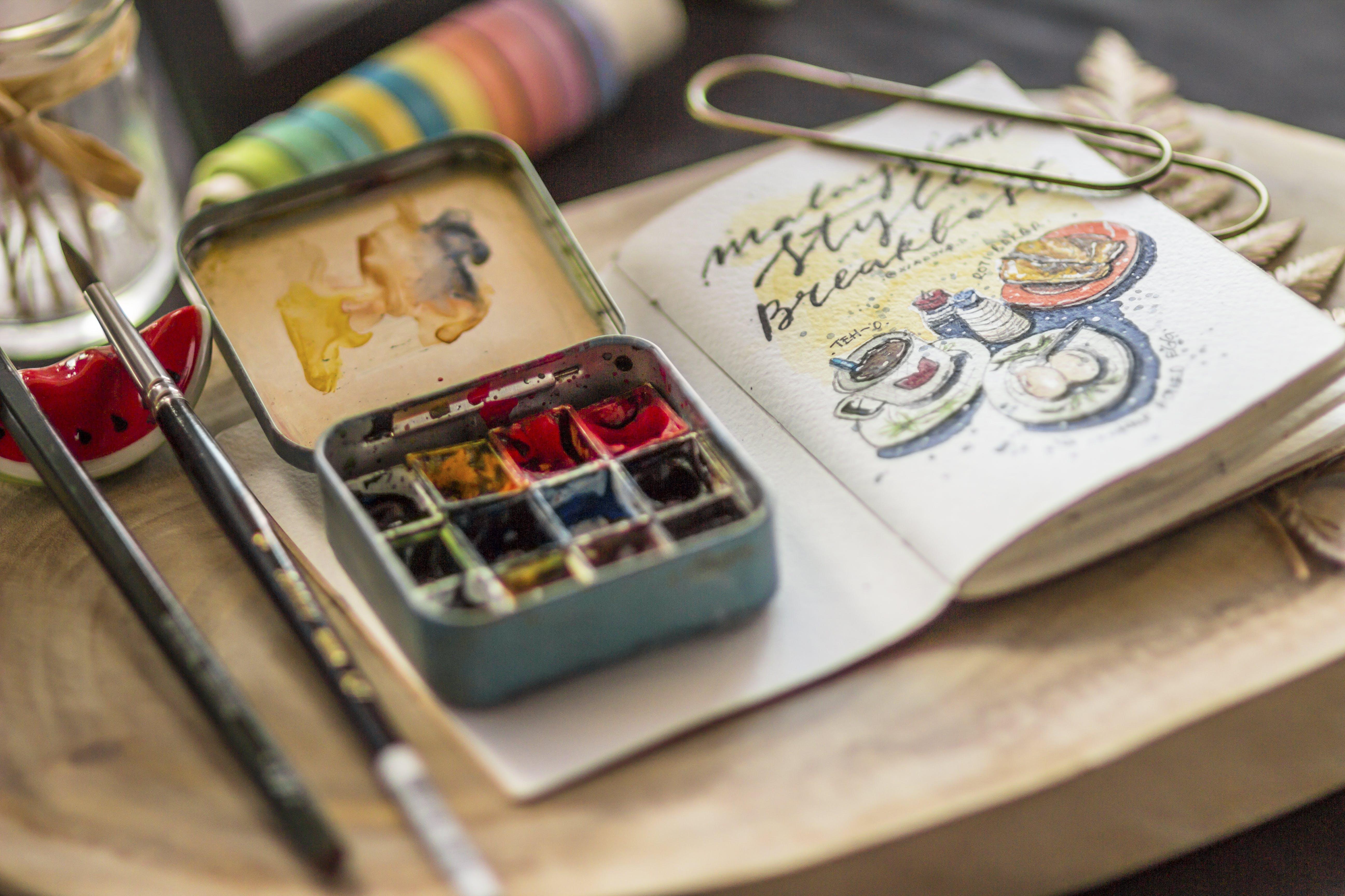 Kostenloses Stock Foto zu aquarell, drinnen, farben, holz