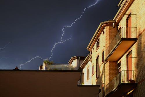 Foto d'estoc gratuïta de arquitectura, balcons, descoratjador, edifici